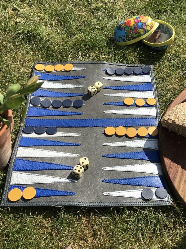 Håndlavet rejsebackgammon i genanvendt skind fra BAKANO design