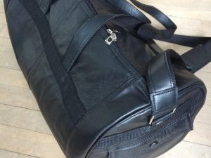 Håndlavet rejsetaske i genanvendt skind fra BAKANO design