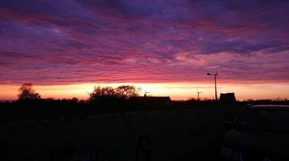 Flot solnedgang, set fra ferielejlighedens terrasse.