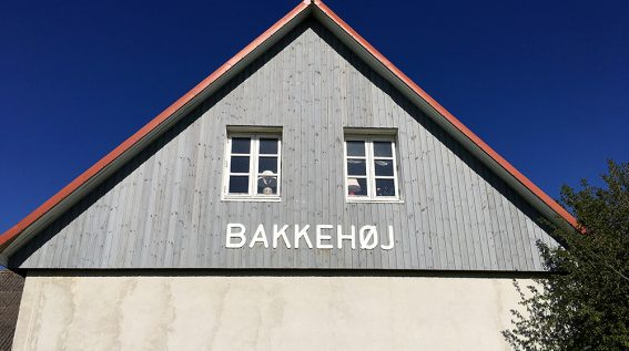 Bakkehøj - Se efter facaden når du skal finde vej til os