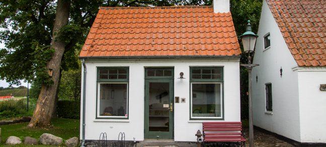 Et lille hvidt hus med rødt tag