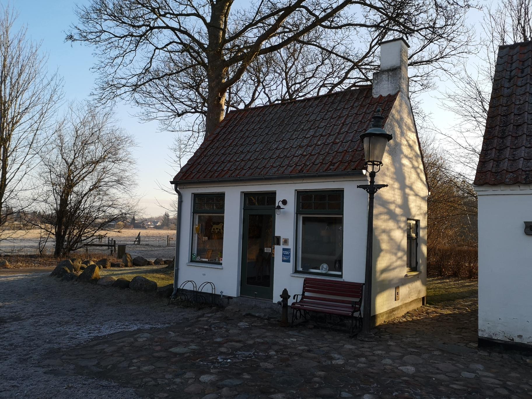 Lille hvidt hus i frostvejr