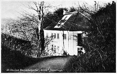 Stort hus med kors på taget