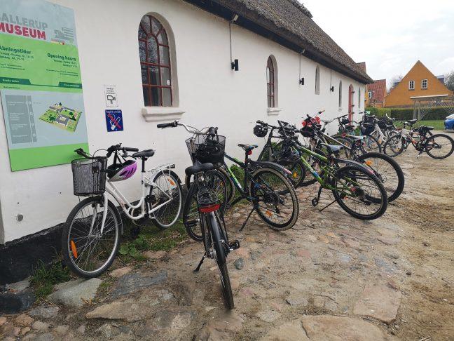 Cykler foran bondehus