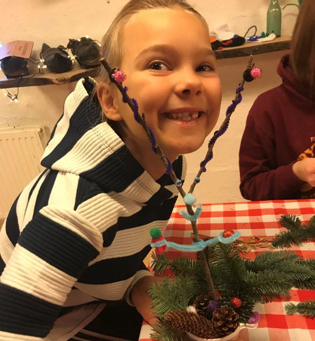 Pige der smiler med juledekoration