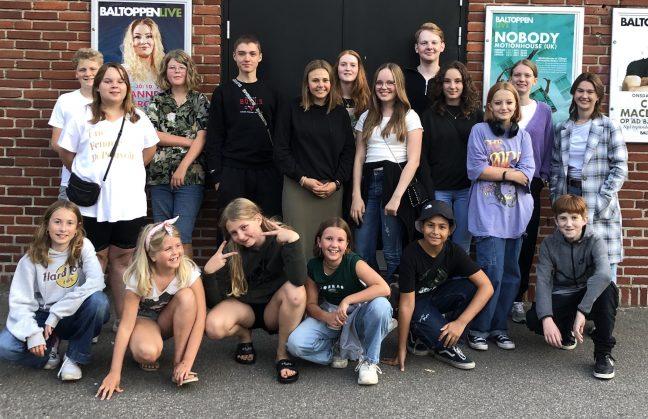 En flok børn fotograferet foran biograf