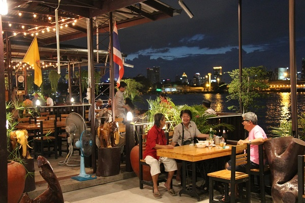 Romantic Thai restaurant and the riverside overlooking Bangkok