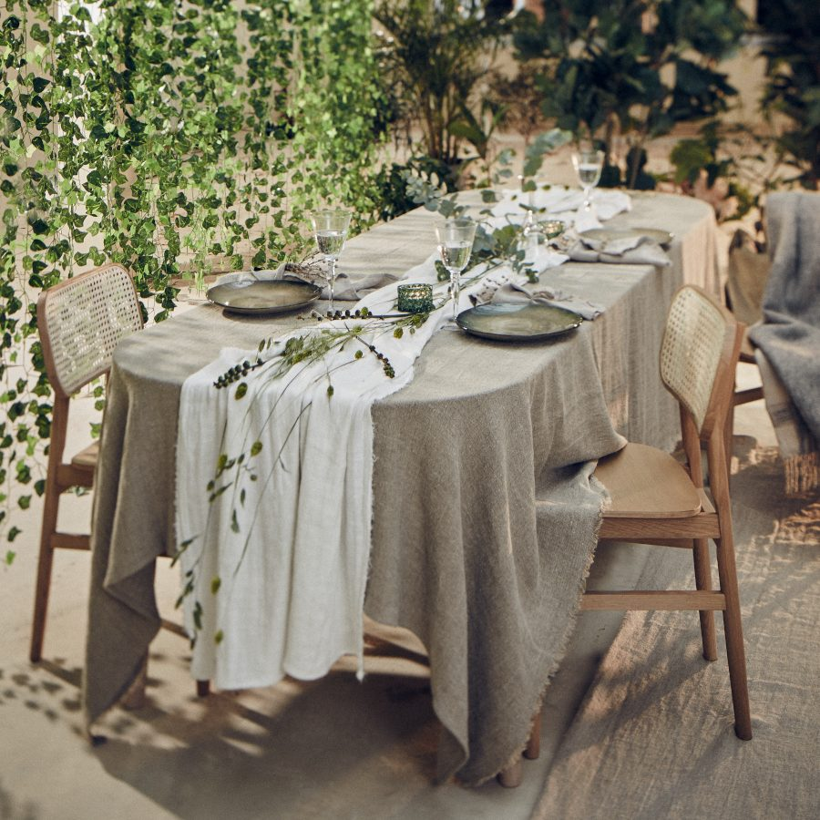 Rustic Raw-Dug-Bordløber-Lovely Linen-vist på bord
