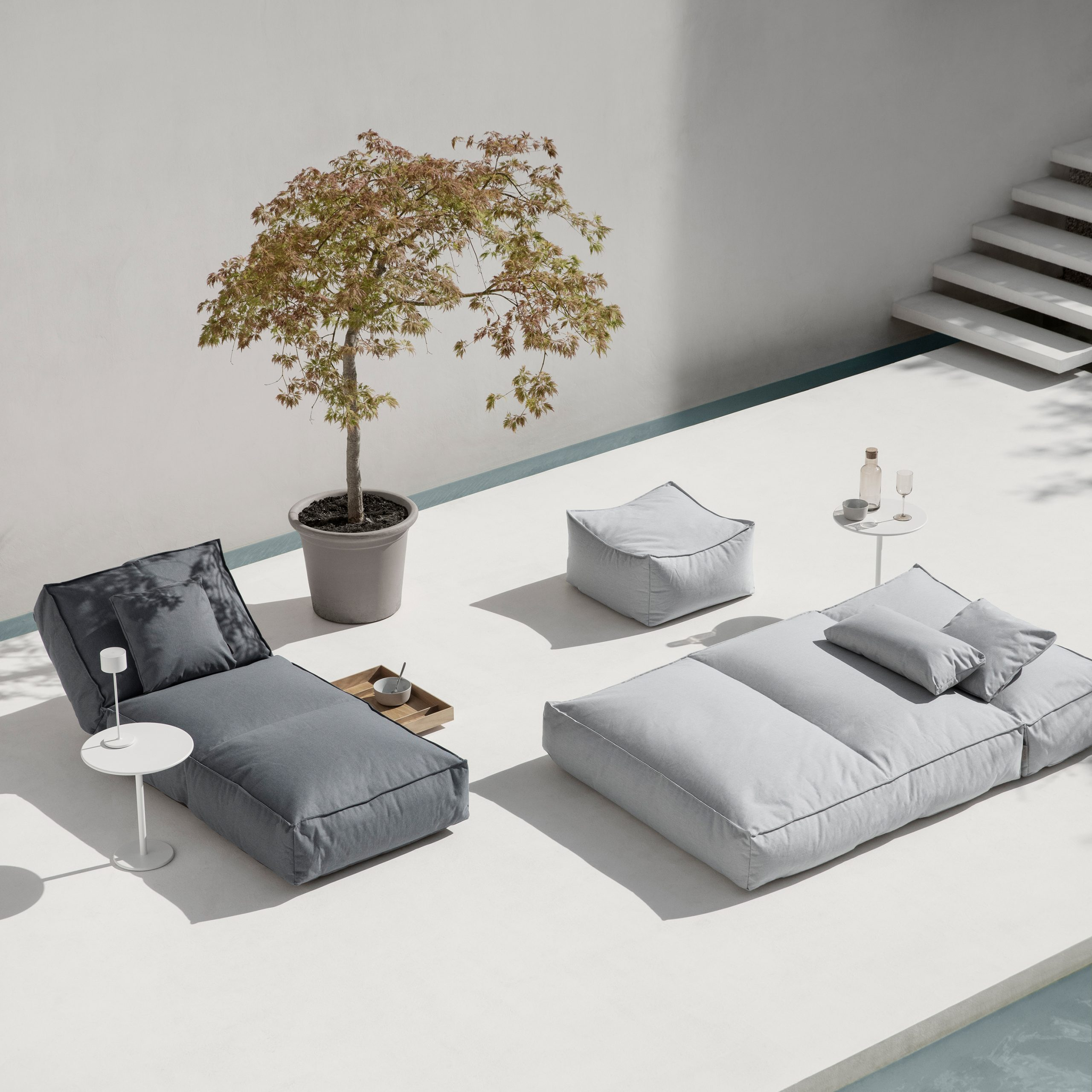 Stay Day Bed-Lounger-borde-Blomus-vist på terrasse