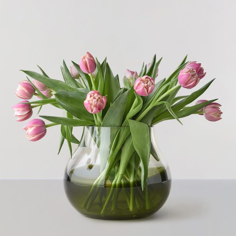 Flowervaseno23-Mossgreen-ROCollection-vist med tulipaner
