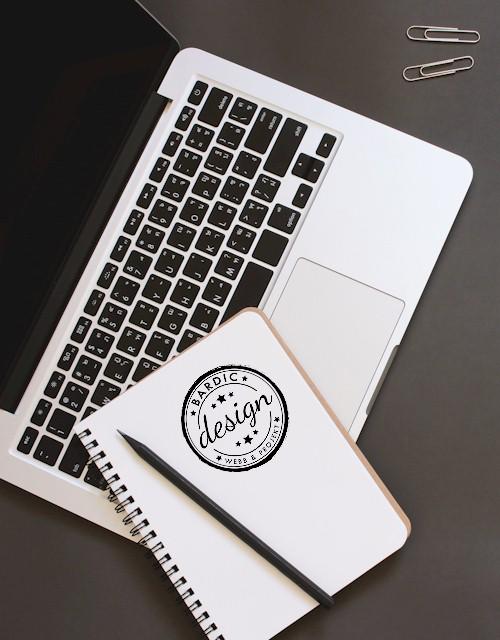 Dator och block med Bardic Design-logo