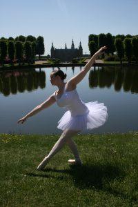 Balletskolen åbnede i 2009 med Jennifer Bech som ene underviser. Siden er vores team vokset og vi er i dag et stærkt hold, som tilsammen skaber balletskolen. Vil du vil læse mere om balletskolens historie, visioner og traditioner?