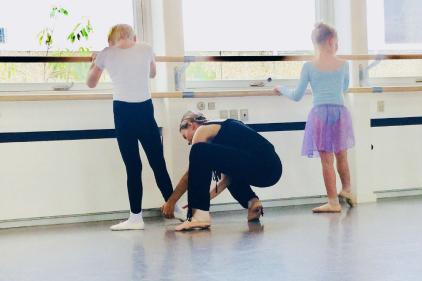 Ballet 6-8 år. Ballet for de 6-8 årige er rigtig sjov. Her begynder vi at bygge flere trin på og timen minder mere om den de store laver.