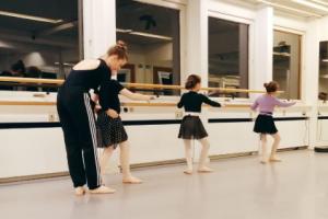 Ballet 9-13 år. Ballet for de 9-13-årige er bygget op om en helt almindelig time. Vi danser ved barren og i centeret. De yngste begynder pre-pointe og de ældre kommer på tå for første gang.