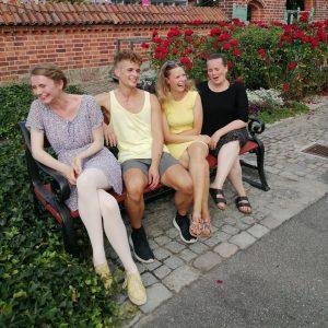 Team Bech Ballet på slap line. Balletskolen åbnede i 2009 og har siden udviklet sig til en balletskole være klare værdier og traditioner.