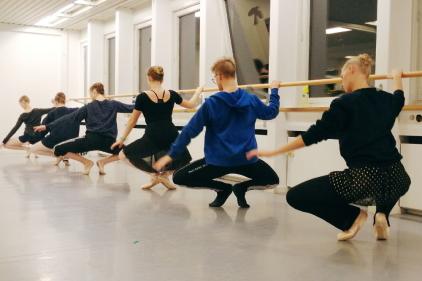Voksenhold. Vi har voksenhold for øvede dansere, kursusforløb for begynder og let øvede. Derudover tilbyder vi også voksendans, som er en varieret time med mange stilarter og sved på panden.