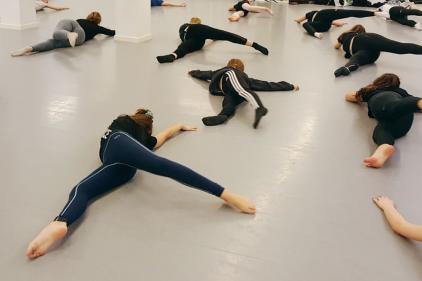 Moderne dans. Vi har et stort udvalg af hold i moderne dans. Du kan begynde når du er 7 år og herfra har vi hold i flere aldersgrupper.