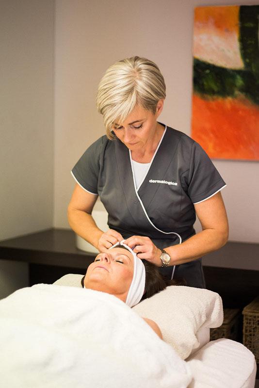 Een dame die een hoofdhuid massage ontvangt
