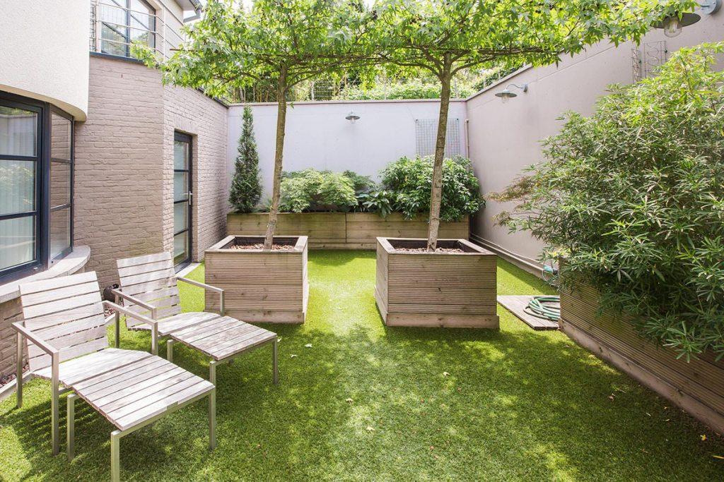 Mooie tuin in schoonheidsinstituut met relax stoelen en gras