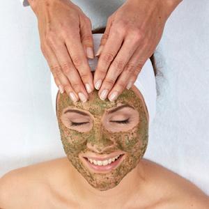 lachende vrouw met green peel behandeling op haar gelaat