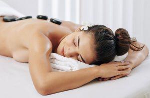 Gelukkige vrouw tijdens Hot Stone Massage
