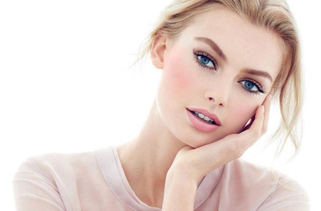 Een vrouw met mooie professioneel aangebrachte makeup