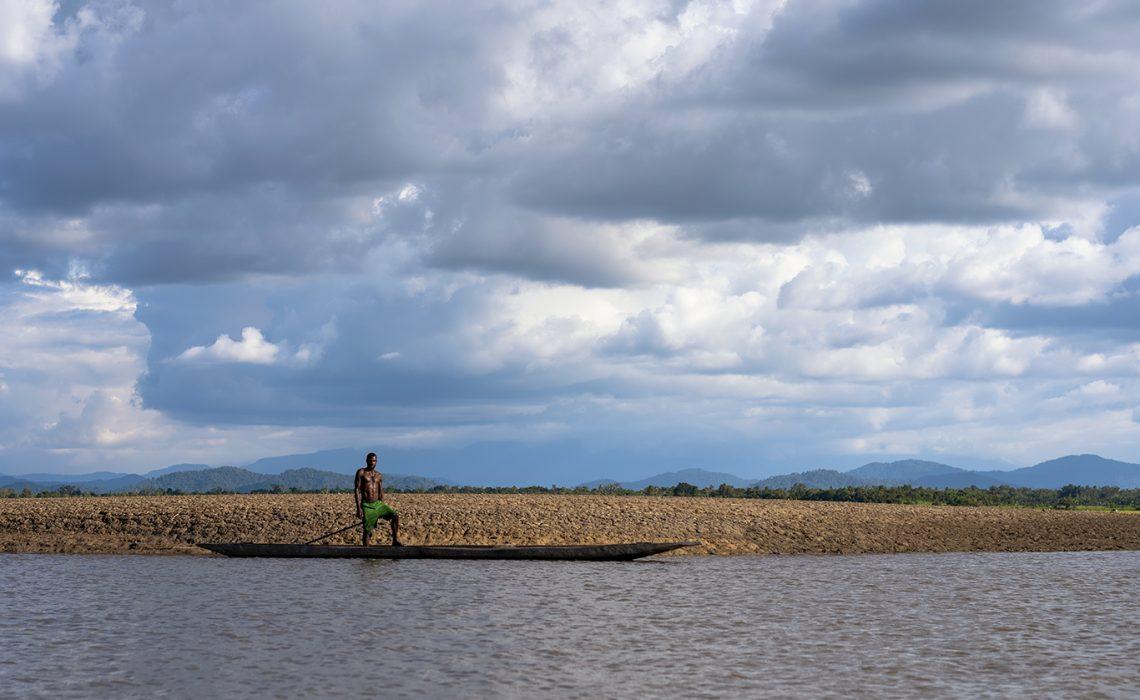 Op de Sepik rivier kom je velen boten met vissers tegen. Op deze meneer scheen de zon wel heel erg mooi.