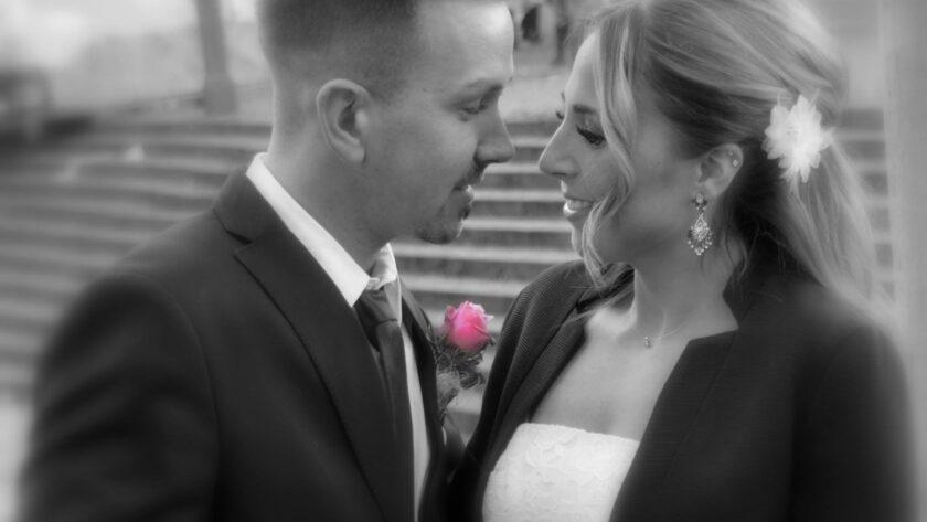 Brautpaar schwarz weiß Fotomit Rose in Farbe