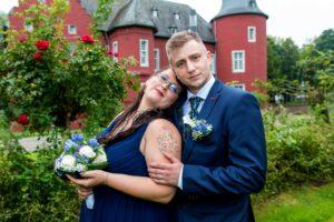 Brautpaar vor Burg in Alsdorf