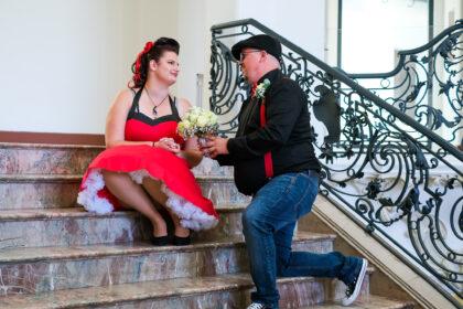 Hochzeitsantrag auf einer Treppe