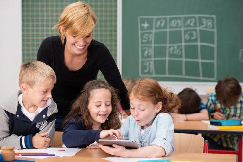 lærer og elever med ipad