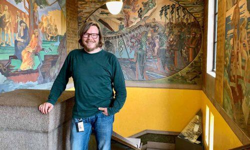 Bilde viser Jørgen Schyberg på Nasjonalbiblioteket.