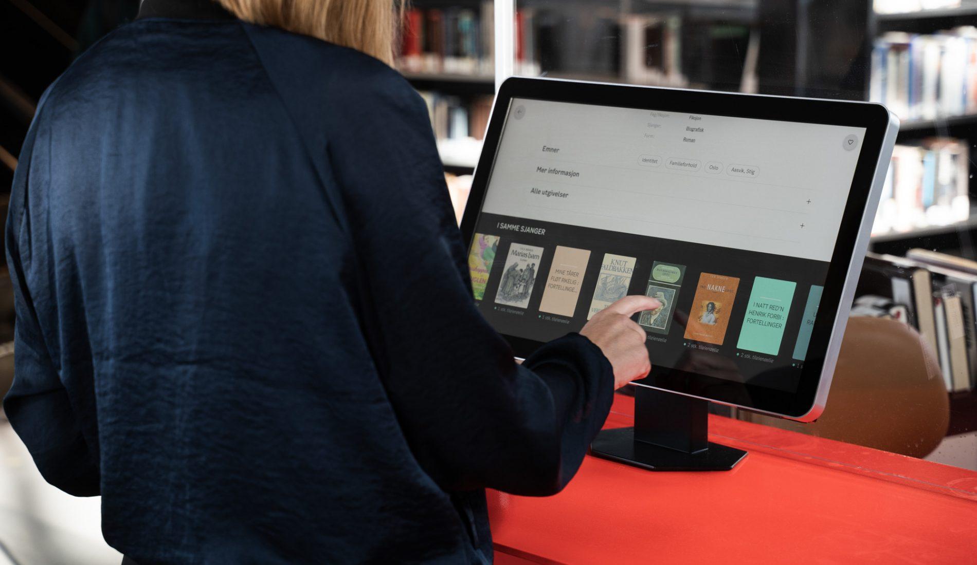 Kvinne søker etter sjanger på bibliotekets nettsider