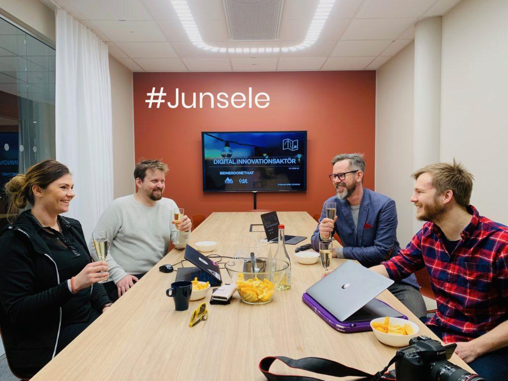 Digital innovationsaktör Junsele (På bilden sitter 4 personer runt ett bord och skålar)