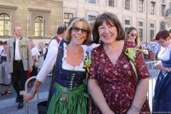Conny Brauer und Petra Reiter (re.), Münchner Brauertag am Odeonsplatz in München am 29.6.2019