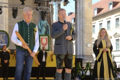 Dieter Reiter, Andreas Steinfatt, Viktoria Oster ( von  li. nach re.), Münchner Brauertag am Odeonsplatz in München am 29.6.2019