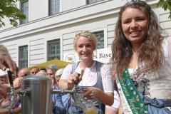 Johanna Seiler und Kathi Maier (re.), Tag des Bieres am Bierbrunnen Ecke Oskar-von-Miller-Straße/Briennerstraße in München 2019