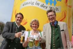 Angela Inselkammer (Mitte), Georg Schneider (re.), Tag des Bieres am Bierbrunnen Ecke Oskar-von-Miller-Straße/Briennerstraße in München 2019
