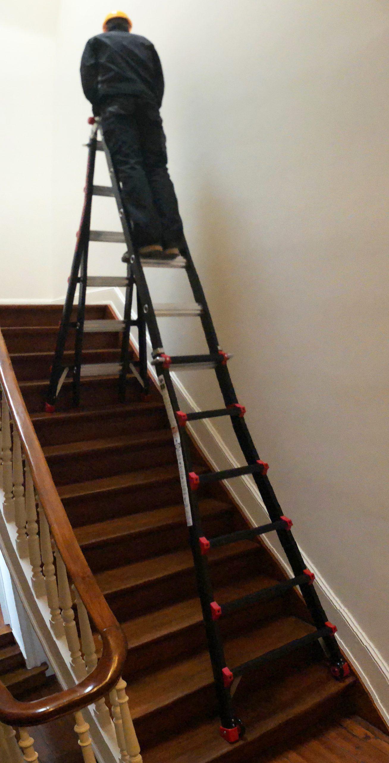 man met 4x6 bigone ladder op trap