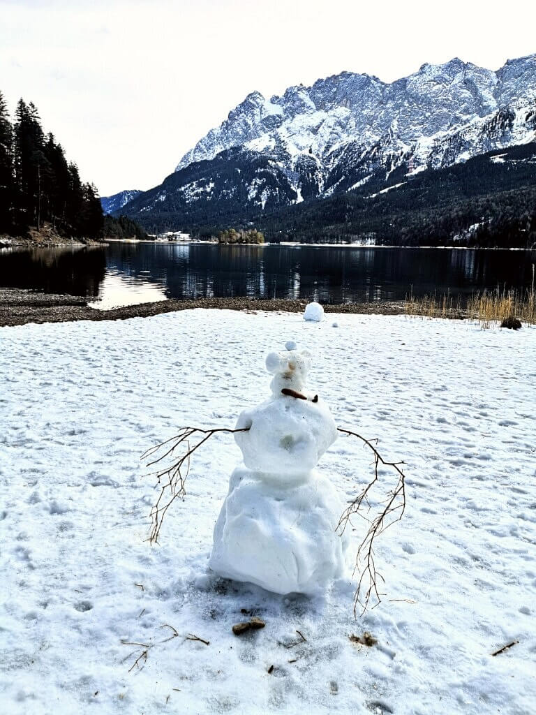 Eibsee in wintern with snowman