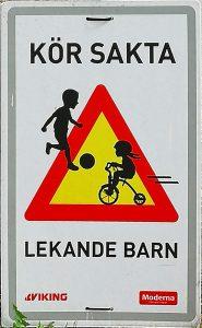 Warnschild Langsam - spielende Kinder