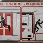 Warnschild in einem Nahverkehrszug in Neapel