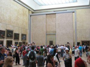 Besucher im Raum der Mona Lisa im Louvre in Paris