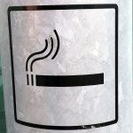 Hinweis auf eine Raucherzone an einem Aschenbecher im Freien. Schweden.