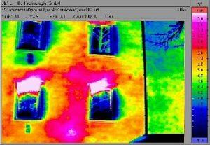 Hausfassade mit einer Wärmekamera aufgenommen.