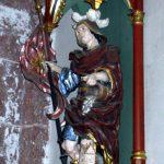 St. Florian. Gefasste Holzskulptur an einer Kirchenwand