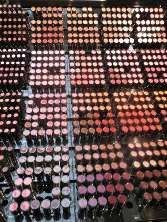 Lippenstifte in einem Kaufhaus