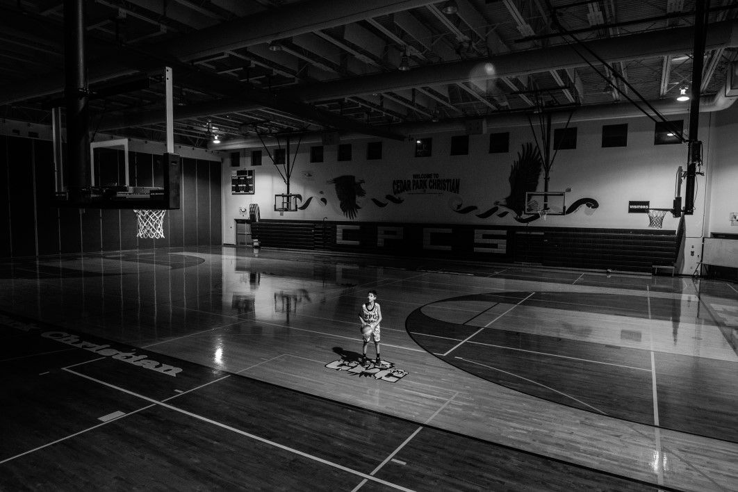 https://usercontent.one/wp/www.blackdevilsvorst.be/wp-content/uploads/2020/07/thumb-negative-space-young-boy-basketball-gym-black-white-jesse-orrico-1.jpg