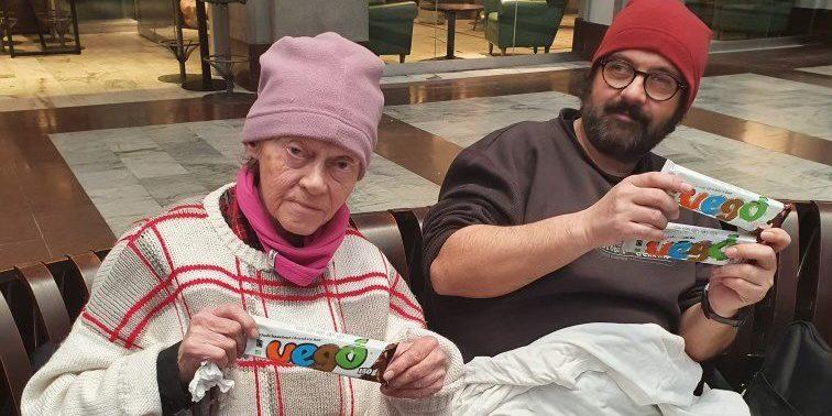 Dela ut choklad till hemlösa