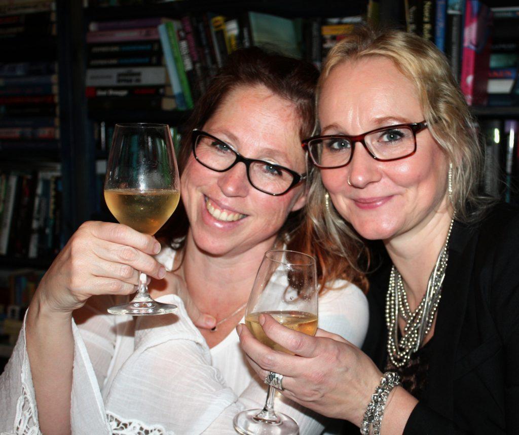 Bild på två tjejer, vi bloggerskor och 100 frågor